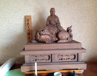 出張買取木彫りのお坊さんの写真